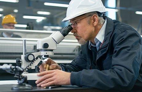 Prüfung unterm Mikroskop