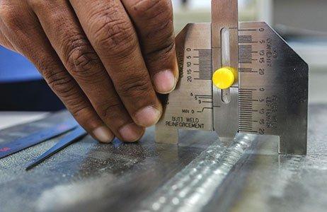 Messung mit Schweißnahtlehre